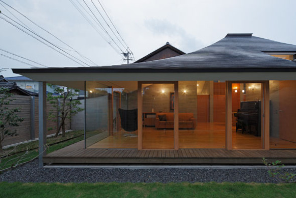 Casa Con Techo De Dos Aguas Quebrado Nks Architects