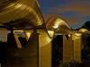 El puente esta diseñado por siete curvas onduladas de acero compuestas de -costillas- que alternadamente, se levantan por encima y por debajo de la cubierta.